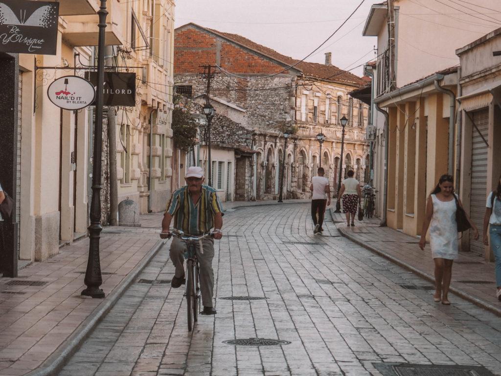Mann auf Fahrrad in Albanien